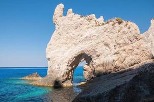 rotsformaties aan de kust van zakynthos foto