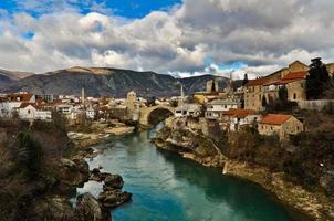 stadsgezicht en landschap van de oude stad van Mostar