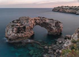 rotsboog van es pontas in Cala Santanyi Mallorca foto