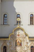 architectonische details van de ingang van de kerk. foto