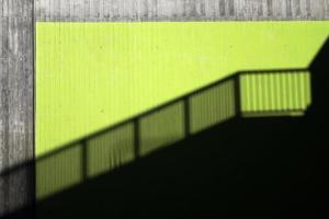 schaduw van een leuning in een stad foto