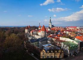 prachtig uitzicht over de oude binnenstad van Tallinn in de zomer, Estland