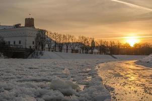 Vilnius (Litouwen) in de zonsondergang van de winter foto