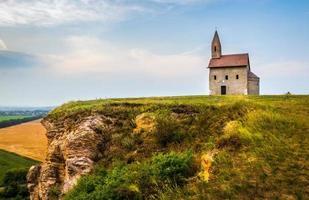 oude Romaanse kerk in Drazovce, Slowakije foto