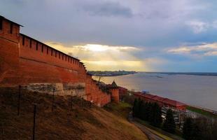 weergave van Nizjni Novgorod Kremlin op zonsondergang foto