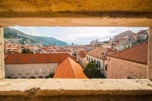 dubrovnik, kroatië, panorama door het gat in de muur foto