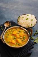 aloo mompelen curryand rijst Indiaas eten foto