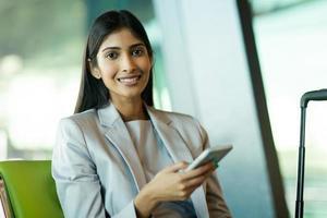 jonge Indiase vrouw met behulp van slimme telefoon