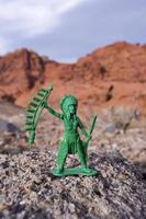 plastic indian chief en zandstenen heuvels foto