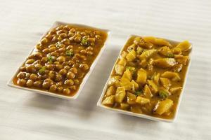 Indiase / Pakistaanse keuken aaloo bhujia en channa foto