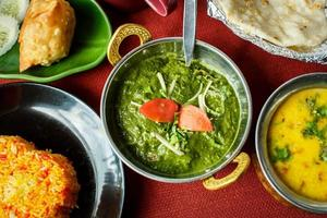 Indiase gerechten. rijst, dal, palak paneer, chapatti foto