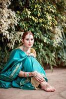 het meisje in het blauwe Indiase kostuum. foto