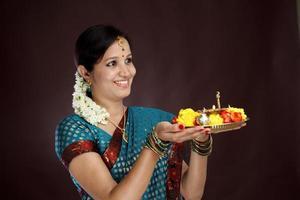 lachende jonge traditionele vrouw foto