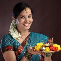 jonge traditionele vrouw foto