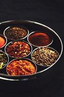 set van traditionele Indiase kruiden in metalen kommen foto