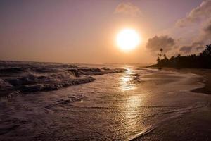 zonsondergang op een strand van Sri Lanka.