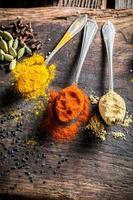 verse kruiden en specerijen op oude tafel foto