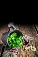 kleurrijke kruiden en specerijen in mortel foto