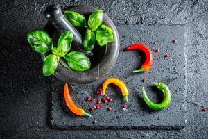 smakelijke specerijen en kruiden in mortel foto
