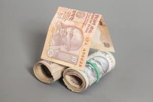 huis gemaakt rollen van Indiase roepie bankbiljetten geïsoleerd op grijs foto