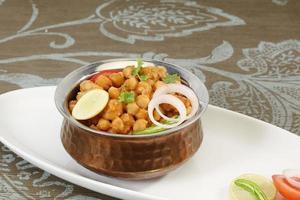chole met puri of chana masala met puri Indiaas eten foto