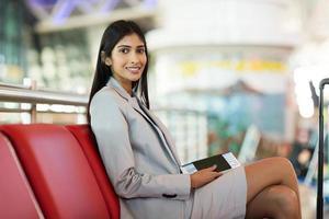 indianbusinesswoman wachten op haar vlucht