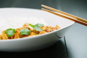 pittige kipcurry met rijst foto