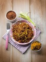 rode rijst met curry en prei foto