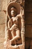 oude basrelief van hindoeïstische goden in achyutaraya tempel foto