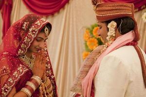 gelukkige Indiase paar op hun bruiloft.