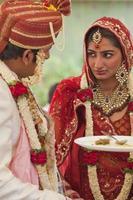 gelukkige Indiase paar op hun bruiloft. foto