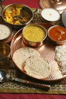 bhakri - een flatbread gemaakt van jowar uit gujarat. foto