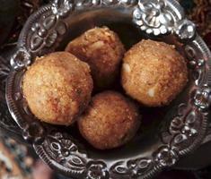 Indiase snoepjes in een prachtig bewerkte zilveren kom. foto