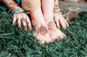 Indiase hindoe bruid met mehendi heena. foto