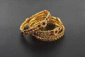 bruiloft gouden armbanden foto