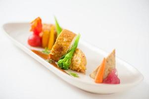 drie moderne gerechten in 1 gerecht foto
