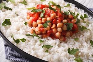 de rijst met kekers en kruiden sluit omhoog horizontaal foto
