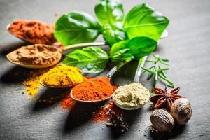 intensieve specerijen en kruiden op oude tafel foto