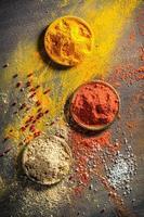 levendige kruiden en specerijen op oude tafel foto