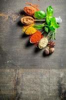 smakelijke kruiden op oud bord foto