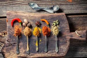 smakelijke kruiden en specerijen op oude tafel foto