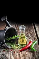 mortel met verse kruiden en specerijen foto
