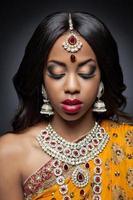 Indiase vrouw in traditionele kleding met bruids make-up en sieraden