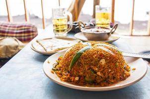 Indiase keukenschotel pulao of pilaf met rijst en groenten foto