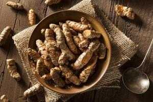 rauwe biologische kurkumakruiden