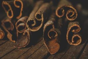 close up van kaneelstokjes foto