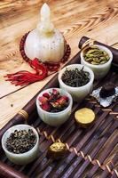 soorten droge, geurige theebladeren foto