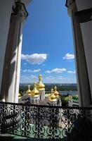 uitzicht vanuit het raam op lavra en aanname kerk