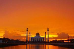 moskee in de regenachtige donkere dag foto