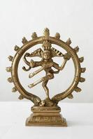 Shiva dansen op witte achtergrond foto